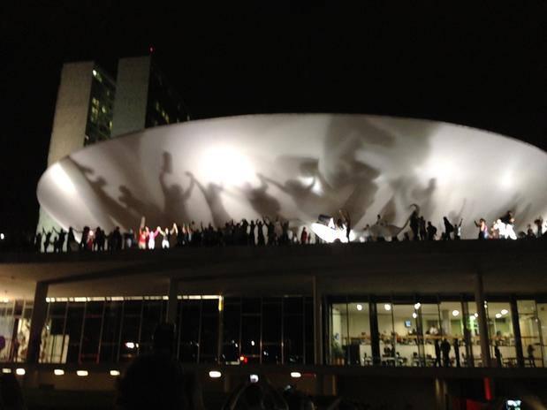 Protestos no Brasil - Pessoas no teto da Câmara dos Deputados