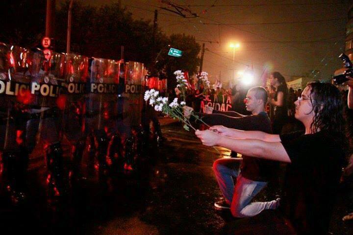 Protestos no Brasil - Uma flor pra você, moço!