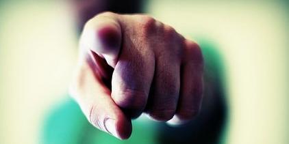Dedo apontado - uma arma invisível