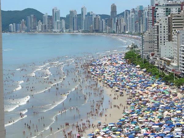Ai como eu eu gosto de praia: Calor infernal, gente suada, areia grudando, água suja. Tudo de bom!