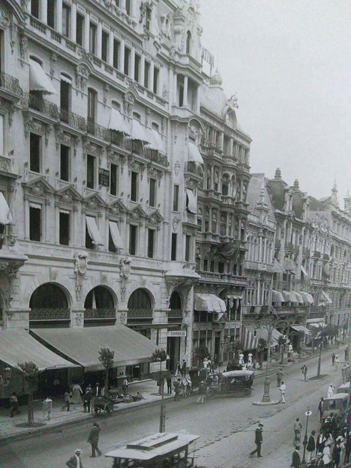 Av.Central em 1910 na altura da rua Miguel Couto com a Ouvidor. Bela arquitetura que se perdeu em tão pouco tempo. Marc Ferrez