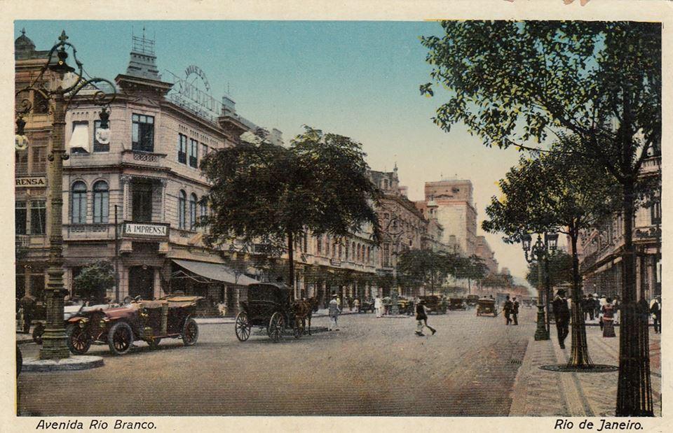 Avenida Rio Branco - À esquerda, o edifício nº 155-157-159 que sediou o Café Frontin, além dos jornais A Imprensa e A Plateia