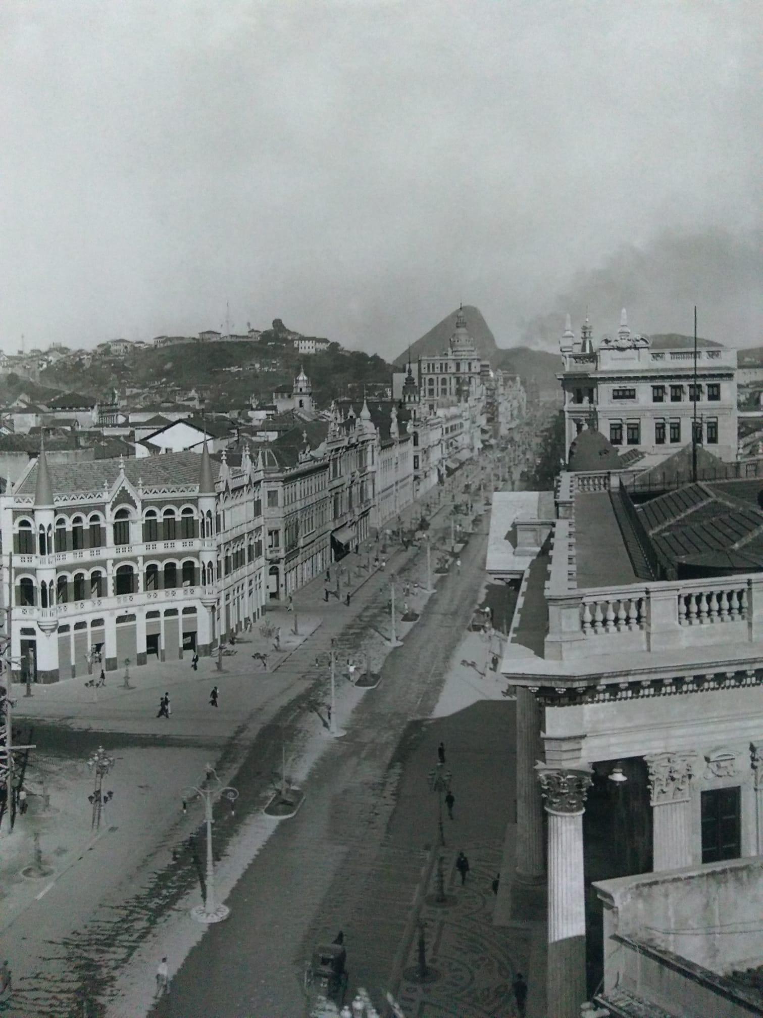 Avenida Rio Branco - 1904 - A esquerda o morro do Castelo que seria destruído no início dos anos 20 - Foto Marc Ferrez